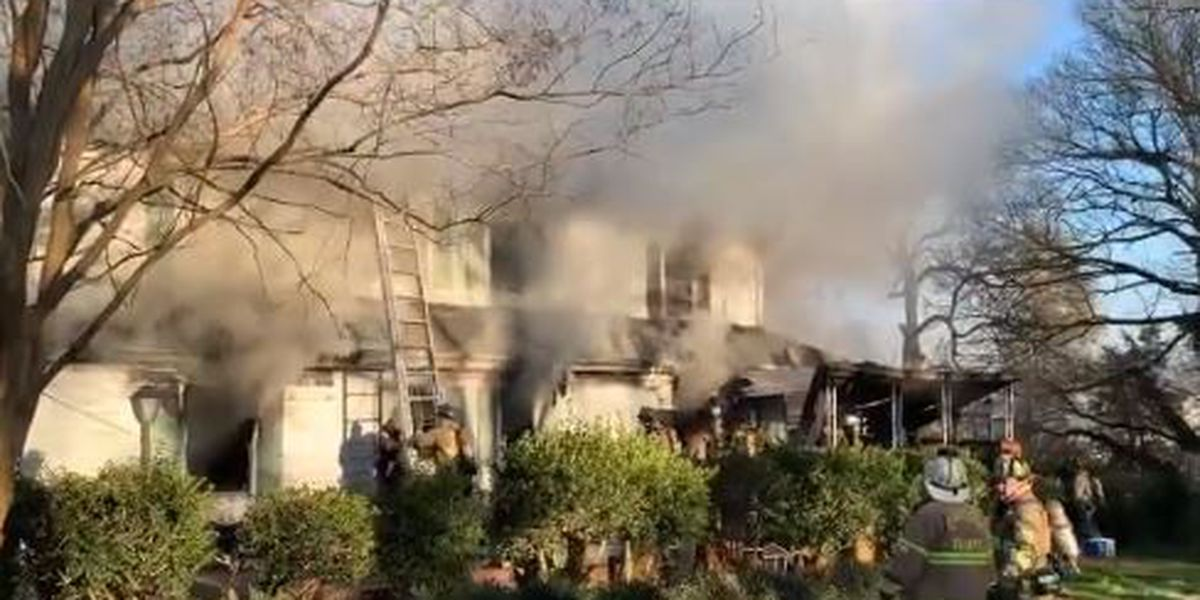 2 dogs killed, 7 displaced from house fire in north Charlotte
