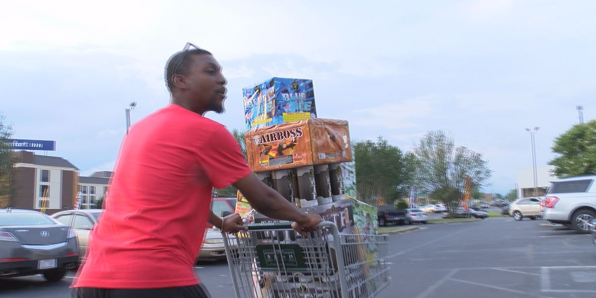 Hundreds of customers make last-minute fireworks purchases to celebrate Independence Day
