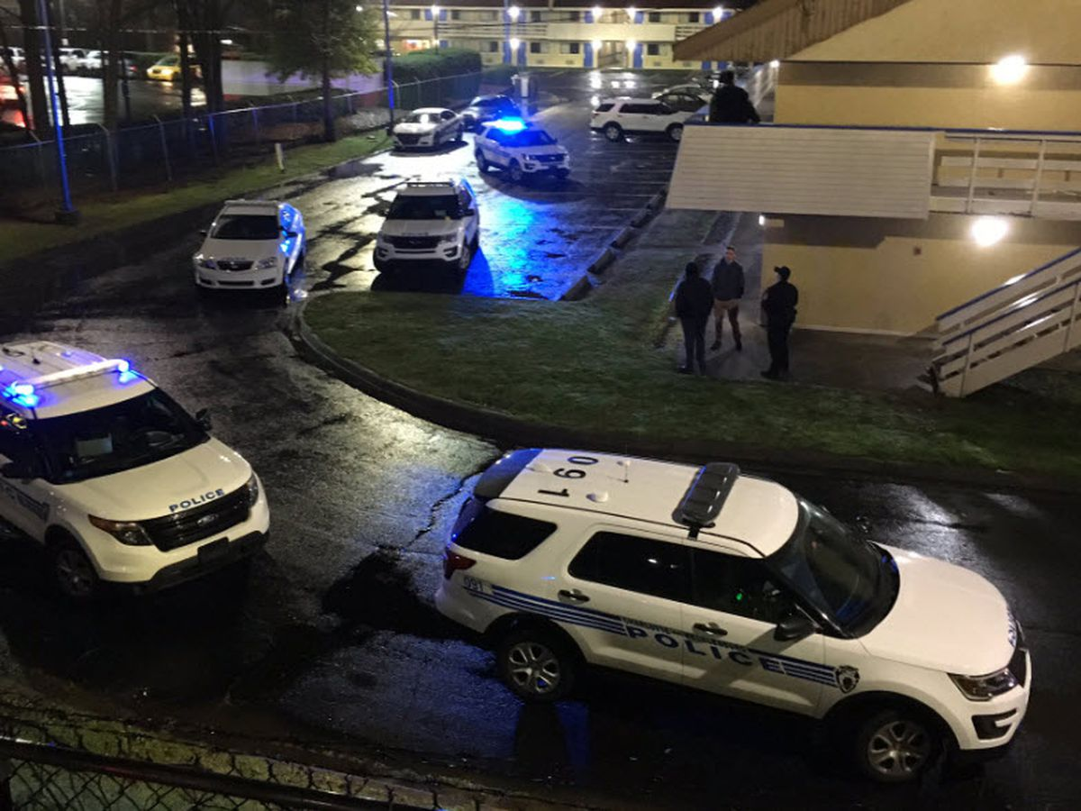 15-year-old shot near hotel in north Charlotte