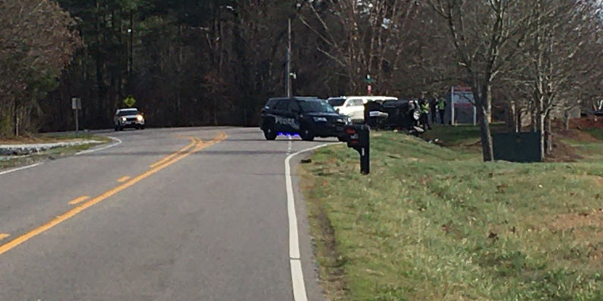 Person killed in rollover wreck in Iredell County