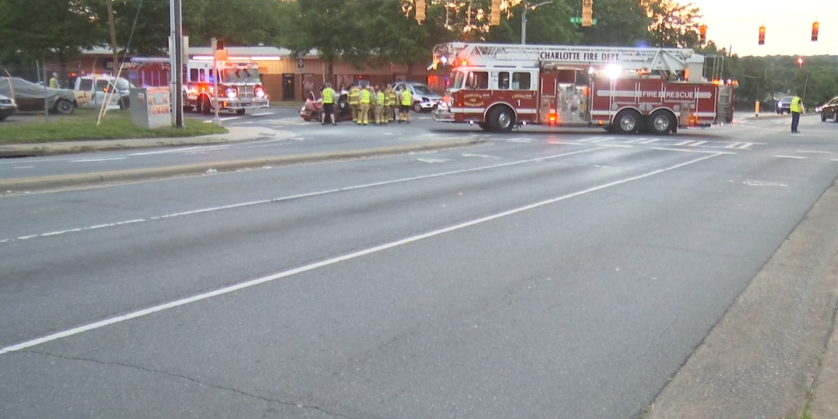 2 seriously injured as crash completely closes part of South Tryon Street in Charlotte