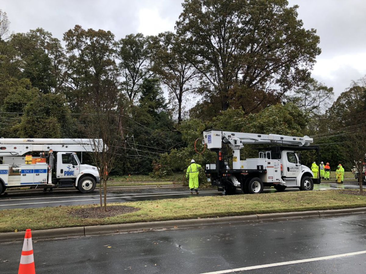 Fallen tree, power lines leave hundreds without power in south Charlotte neighborhood