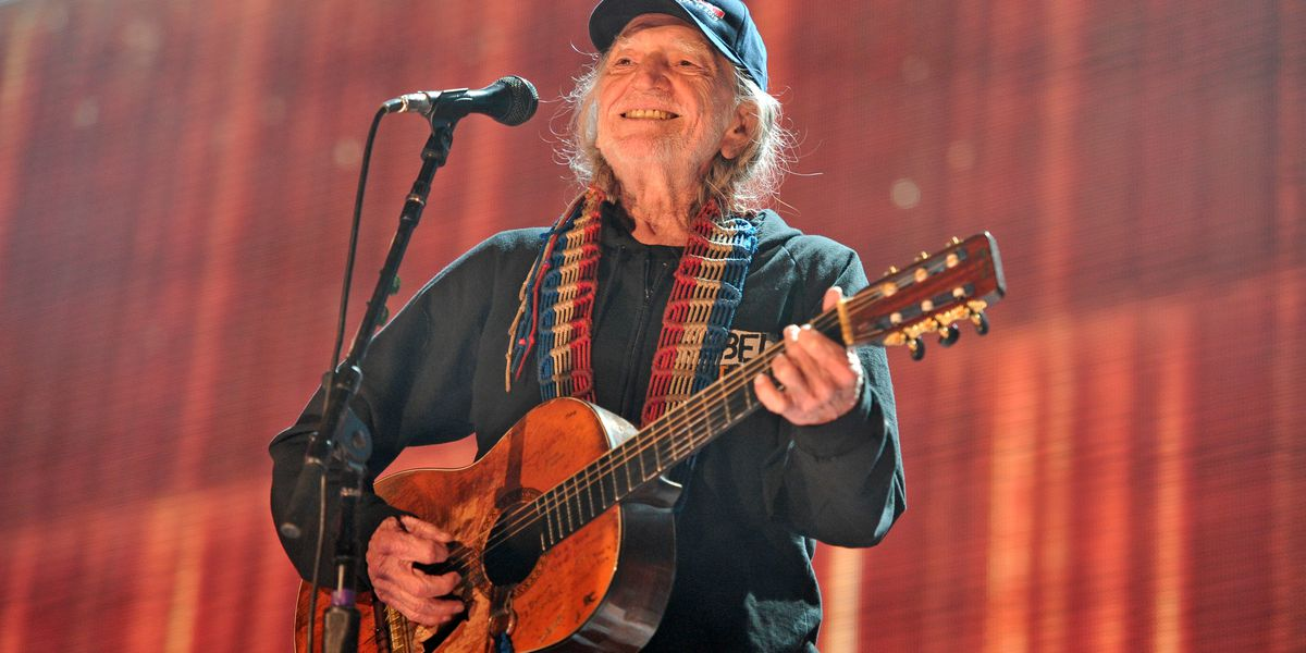 Willie Nelson gets COVID-19 vaccine, sends message to fans