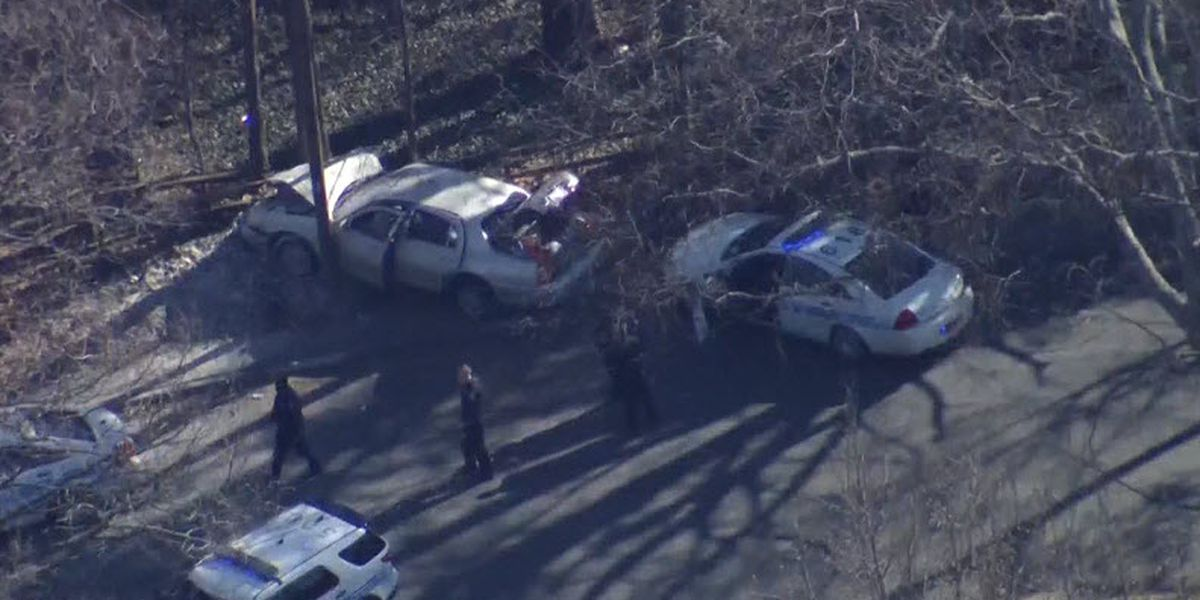Breaking and entering suspects crash car into tree in west Charlotte