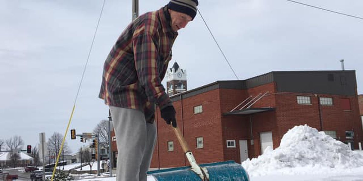 Heartland elderly man scrapes off parking lot for fellow seniors